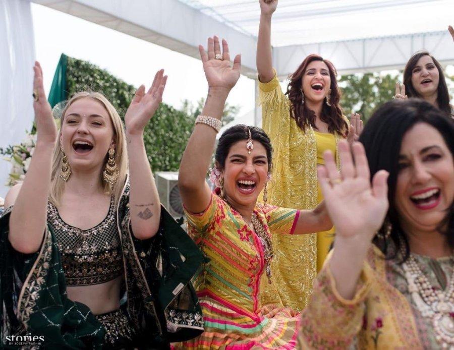 Nick Jonas Priyanka Chopra Share First Photos Of Wedding In India Wgn Tv