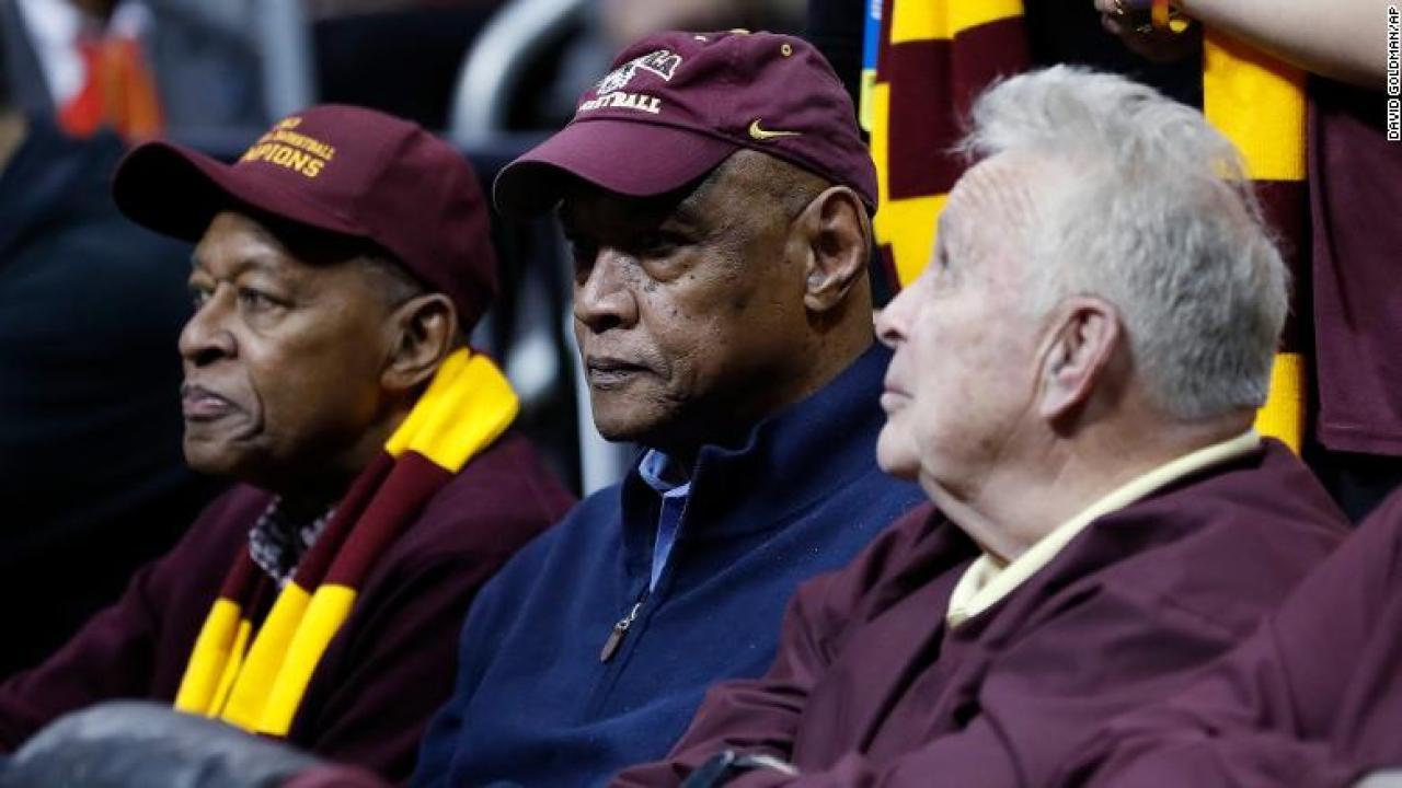 Les Κυνηγός, μέλος της Loyola του NCAA τίτλο της ομάδας, πεθαίνει στο 77