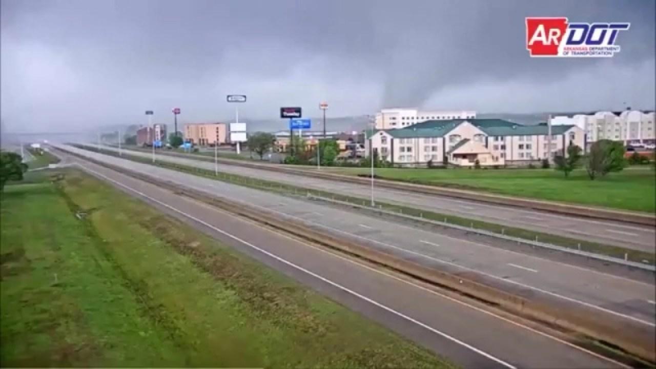 Το βίντεο δείχνει ανεμοστρόβιλος κινείται μέσα από την πόλη στο Αρκάνσας