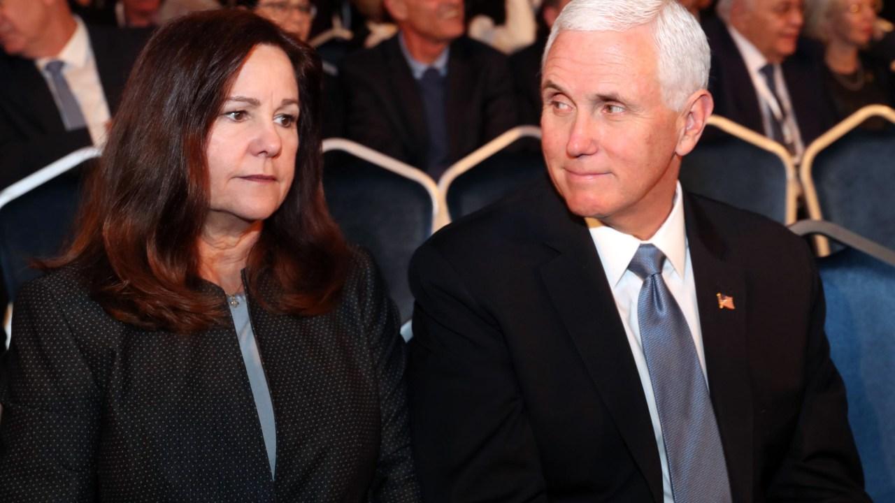 ΑΝΤΙΠΡΌΕΔΡΟΣ Mike Pence, γυναίκα του Κάρεν δοκιμή αρνητική για COVID-19