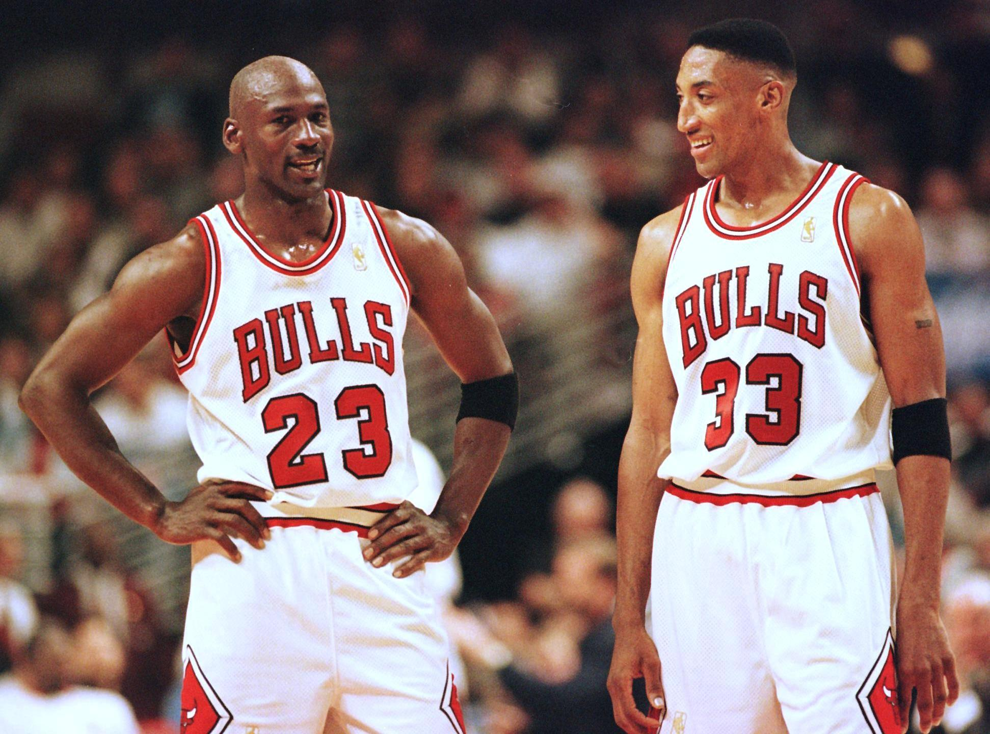 Michael Jordan (L) and Scottie Pippen