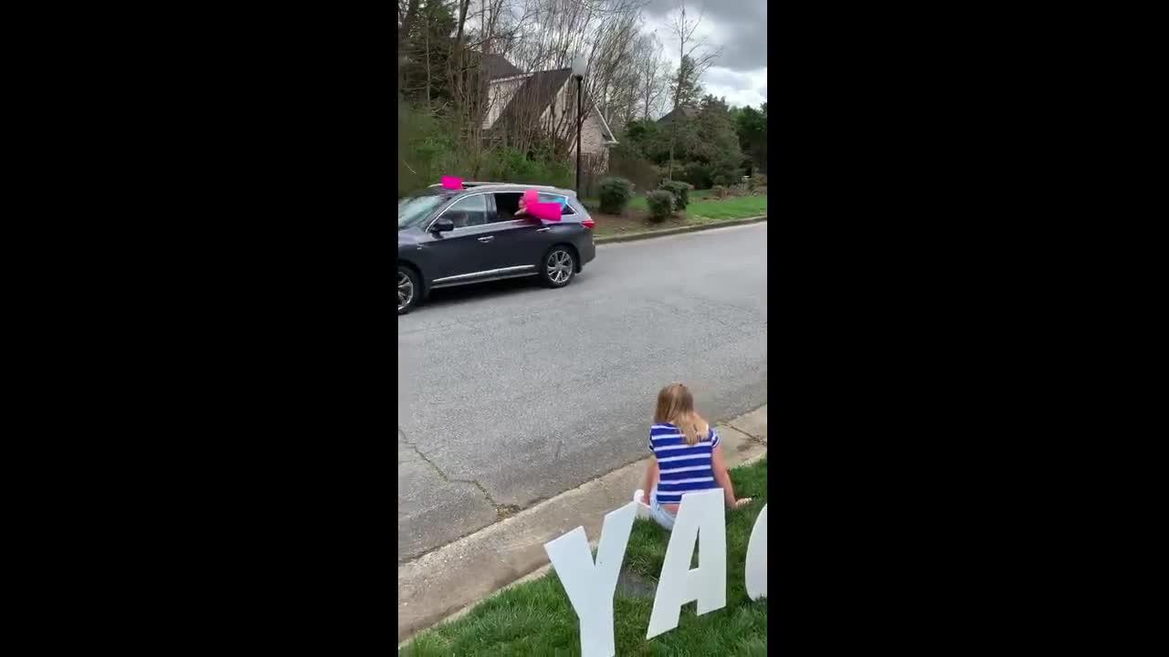 Γείτονες γιορτάσουμε Βόρεια Καρολίνα 12-year-old κορίτσι γενεθλίων με παρέλαση