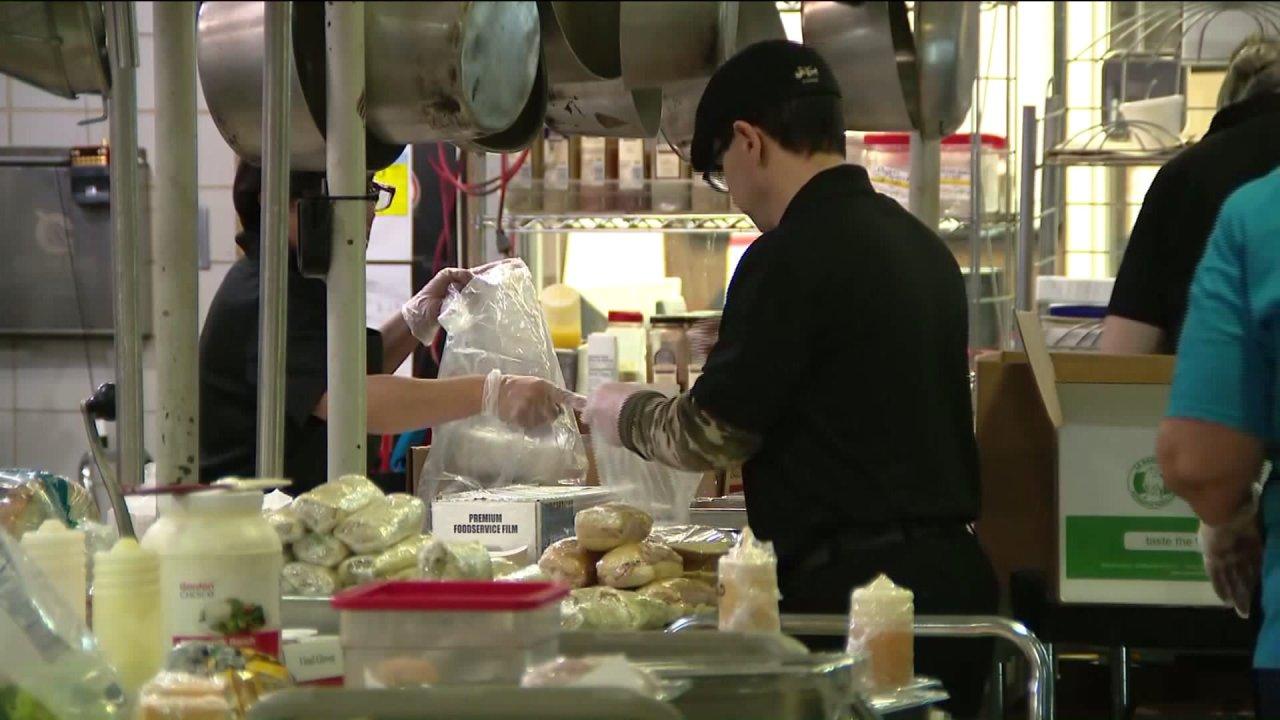 Lokale Schulen bieten Mahlzeiten an Studenten in der Notwendigkeit, während der COVID-19-Pandemie