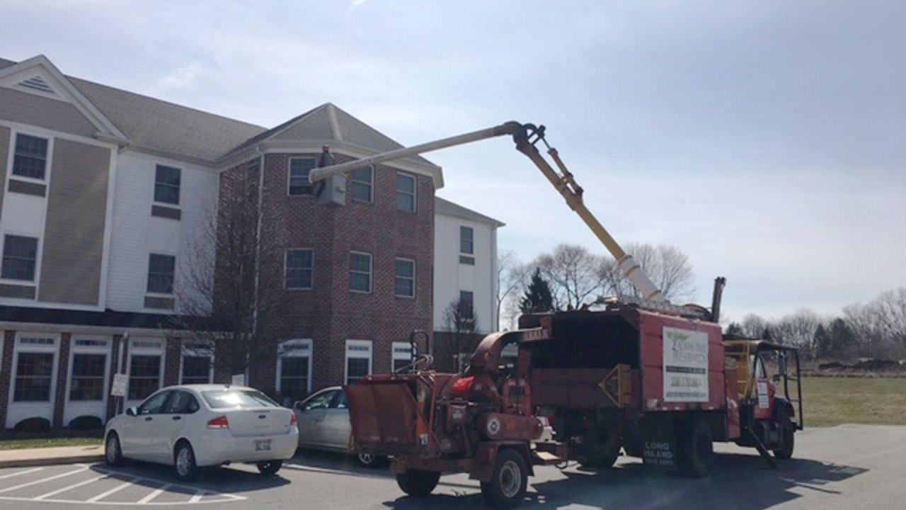 Seorang putra yang digunakan ember truk untuk mengunjungi ibunya di lantai ketiga dia dibantu living home