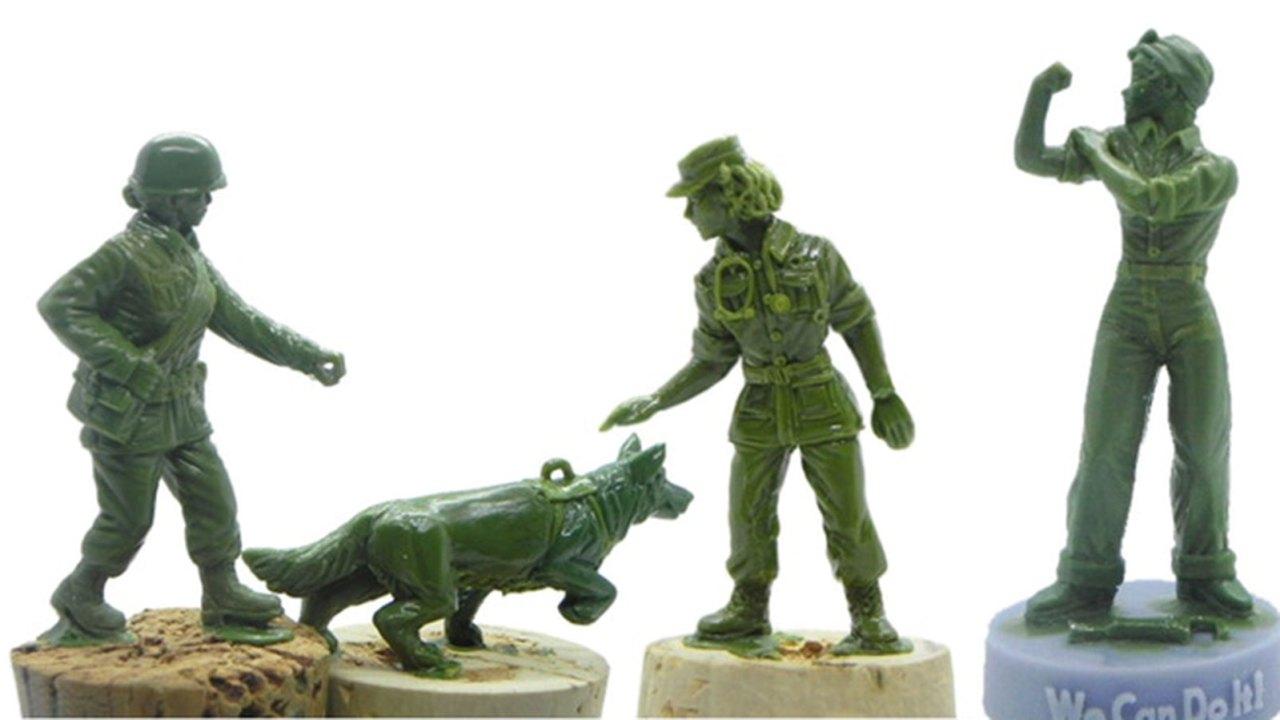 Grüne Kunststoff-Armee-Frauen sind fast bereit für die Aufgabe, Spielzeugmacher, sagt