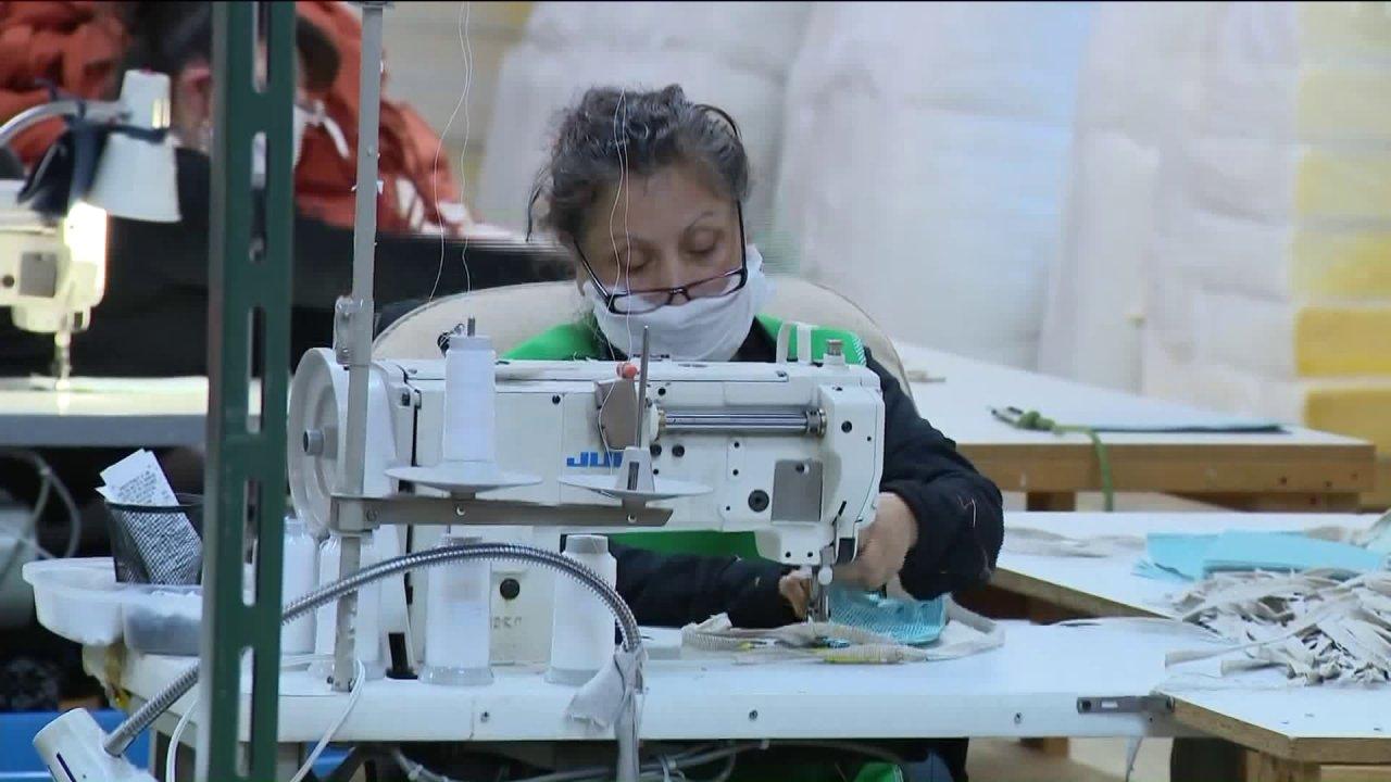 Alsip Möbel Hersteller retools Geschäft zu machen, Krankenhaus, Masken, Kleider