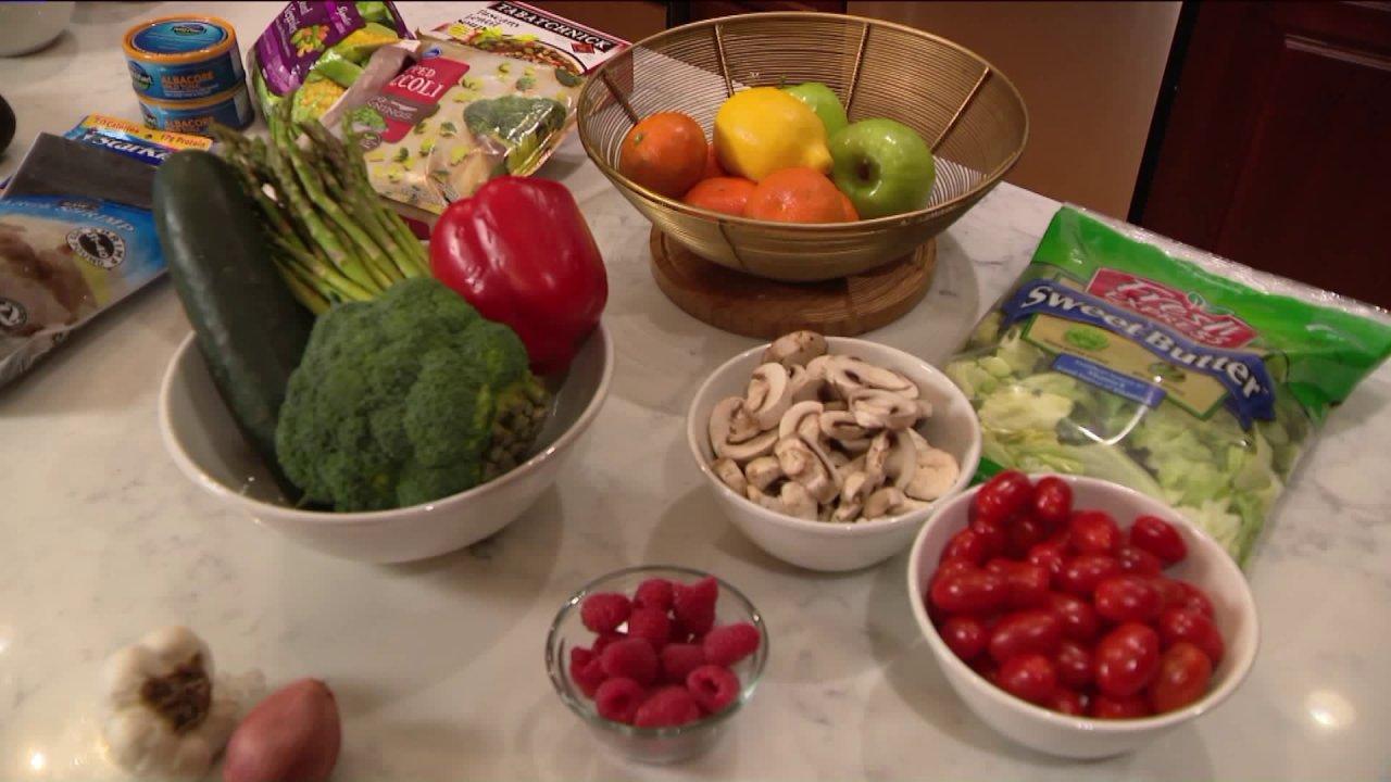 Απλές συμβουλές για να φάτε και να ψωνίσετε υγιείς κατά τη διάρκεια της COVID-19 πανδημία.