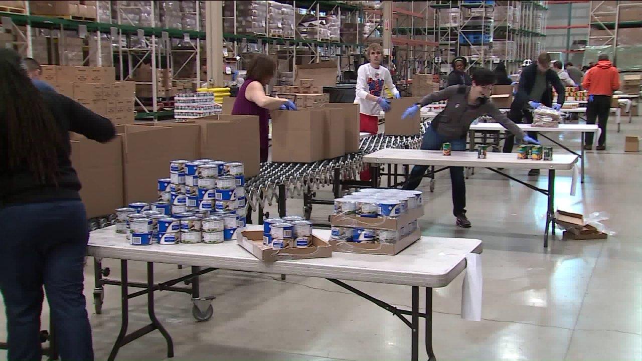 Während der harten Zeiten, Greater Chicago Food Depository weiter zu packen Tausende von Boxen