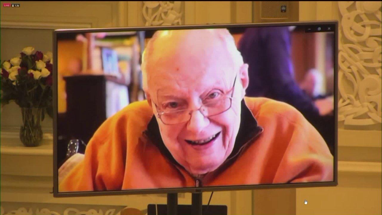 Παλιό άγιο Pat πάστορας λέει αντίο στον πατέρα εικονική κηδεία