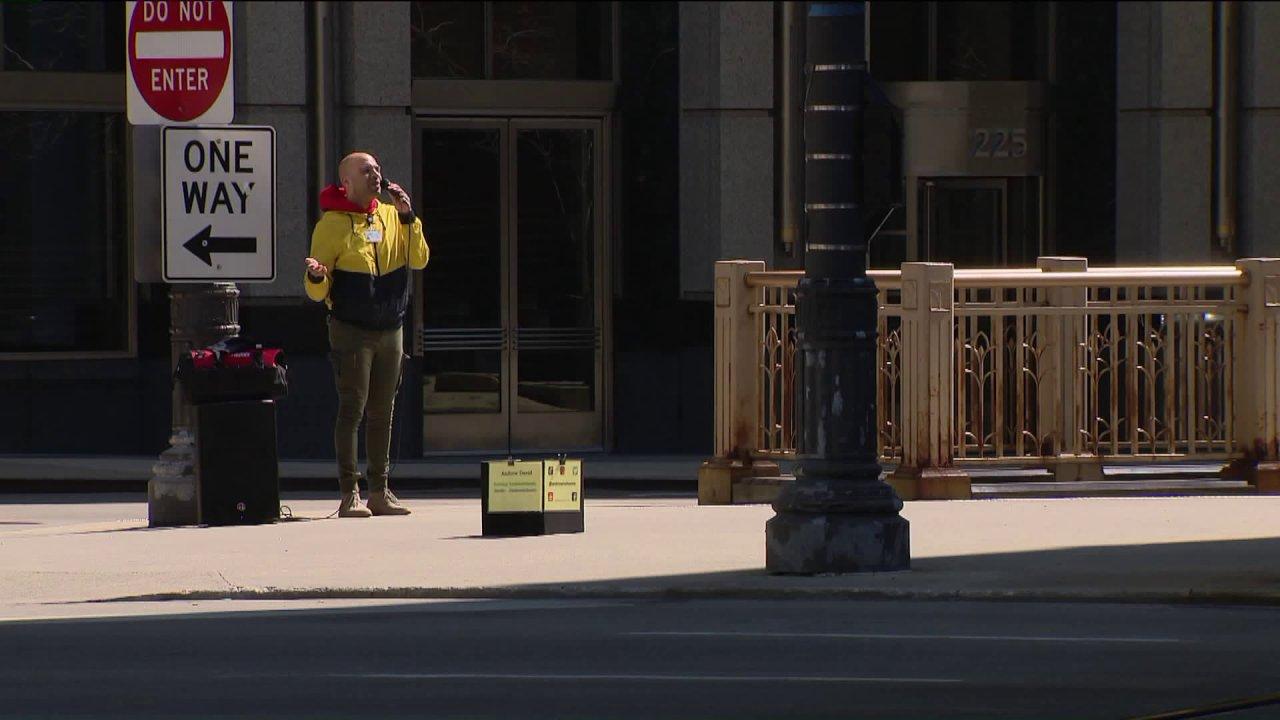 Καλλιτέχνης του δρόμου, τραγούδια γεμίσει το κενό δρόμους του Σικάγο με τον ήχο και την ελπίδα