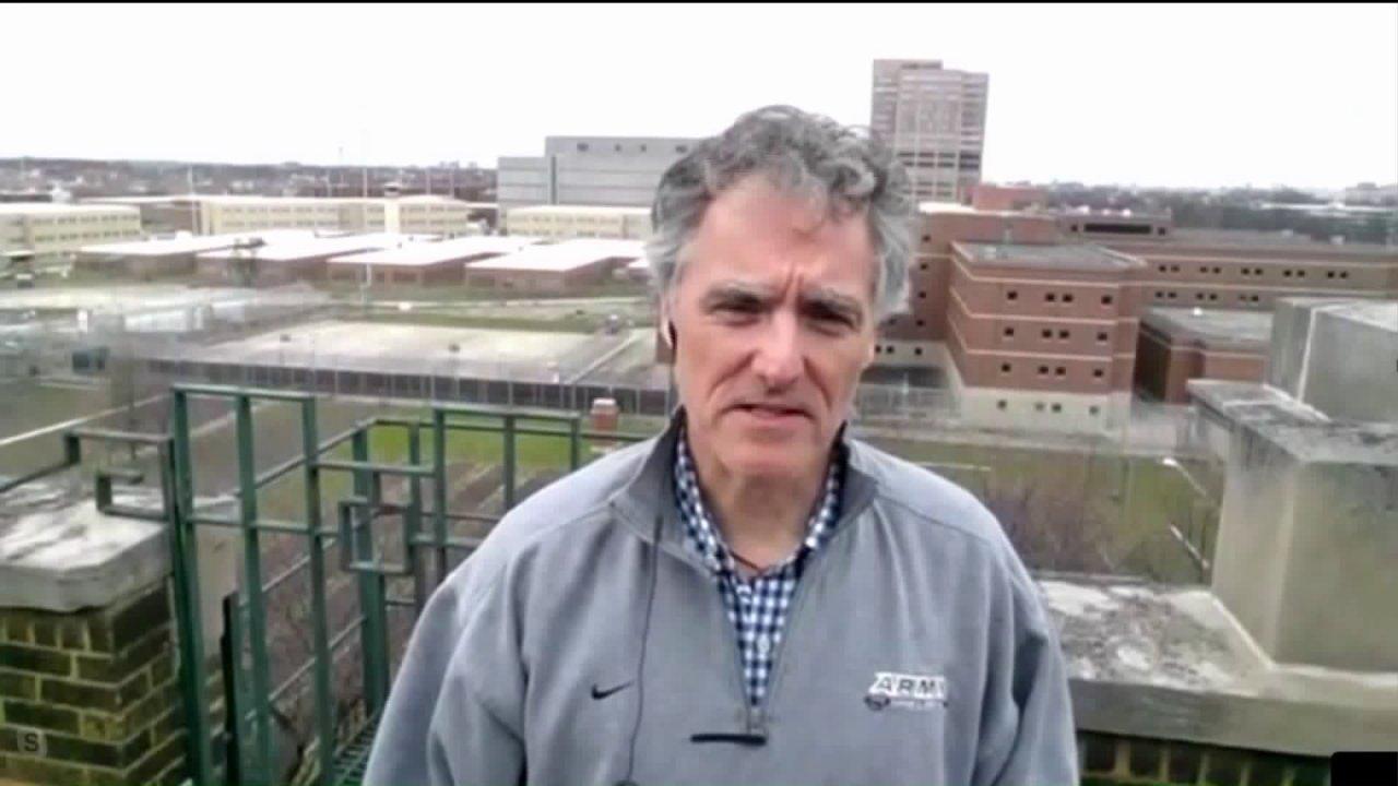 Σερίφη Dart εργασίας να περιέχουν COVID-19 εξαπλωθεί σε Cook County Jail