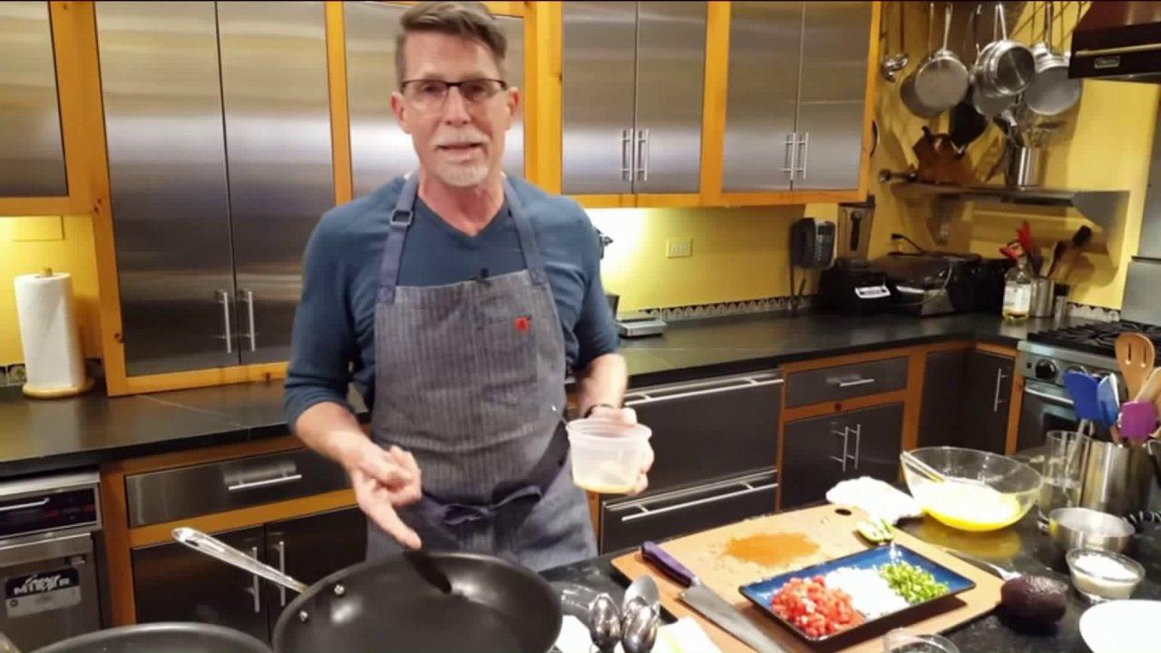 Διάσημος σεφ του Ρικ ο μπέιλες ξεκινά προσπάθεια για την βοήθεια που-off των τροφίμων εργαζομένων