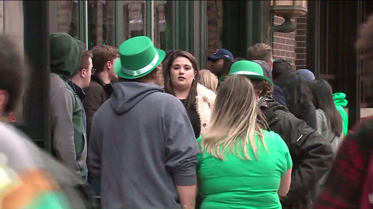 Κυβερνήτης Pritzker απογοητευμένος με τους ανθρώπους που πηγαίνουν έξω για Αγίου Πατρικίου Σαββατοκύριακο