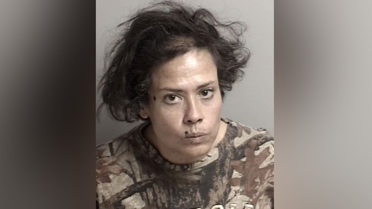 Γυναίκα κατηγορείται για γλείψιμο 1,800 δολάρια την αξία των αντικειμένων της Καλιφόρνια, παντοπωλείο συνελήφθη