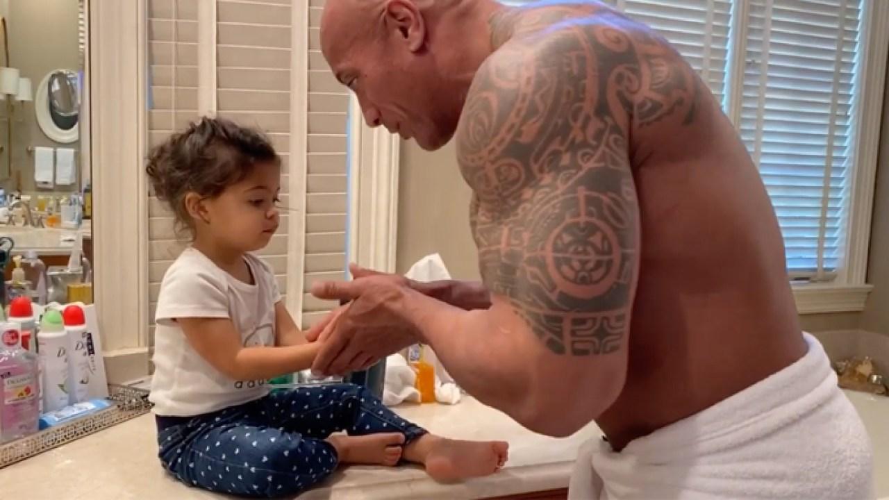Dwayne 'The Rock' Johnson mengajarkan anak untuk mencuci tangan sambil bernyanyi 'Moana' lagu