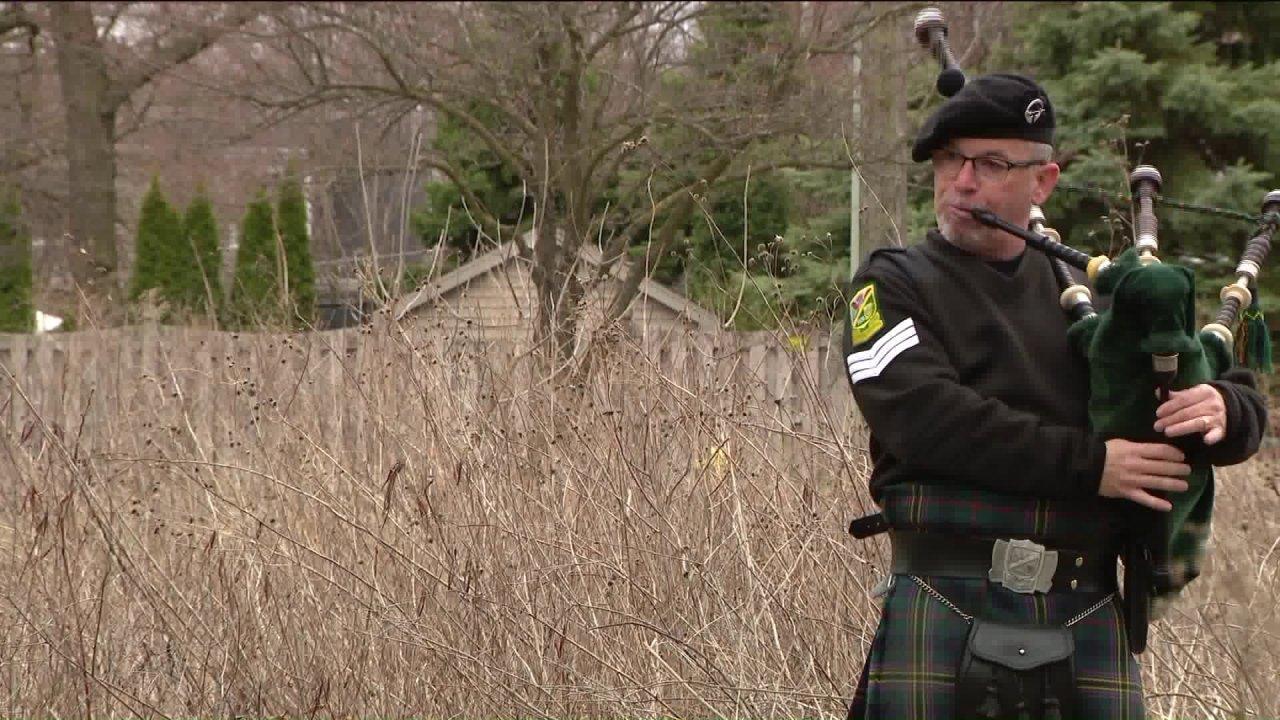 Elmhurst Mann setzt auf nächtlichen Dudelsack-show aus seinem Hinterhof während COVID-19 social distancing