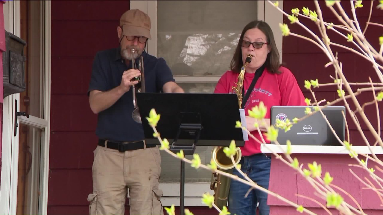Aurora band guru menempatkan pada malam konser untuk mengangkat tetangganya' roh-roh yang selama COVID-19