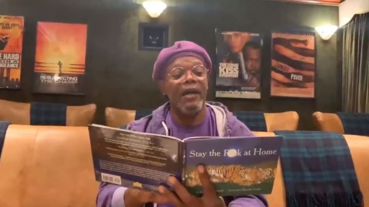 Ο σάμιουελ Λ. Τζάκσον διαβάζει την Διαμονή τους στο f— στο σπίτι