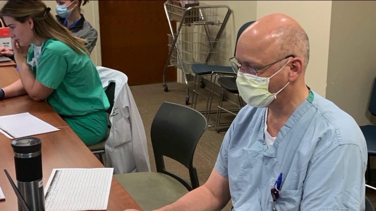 Pensiunan dokter kembali ke COVID garis depan: 'Itu sangat nyata'