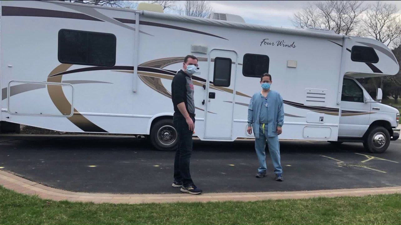 Highland Park keluarga meminjamkan RV untuk perawat tidur di tenda untuk melindungi anak-anak, istri