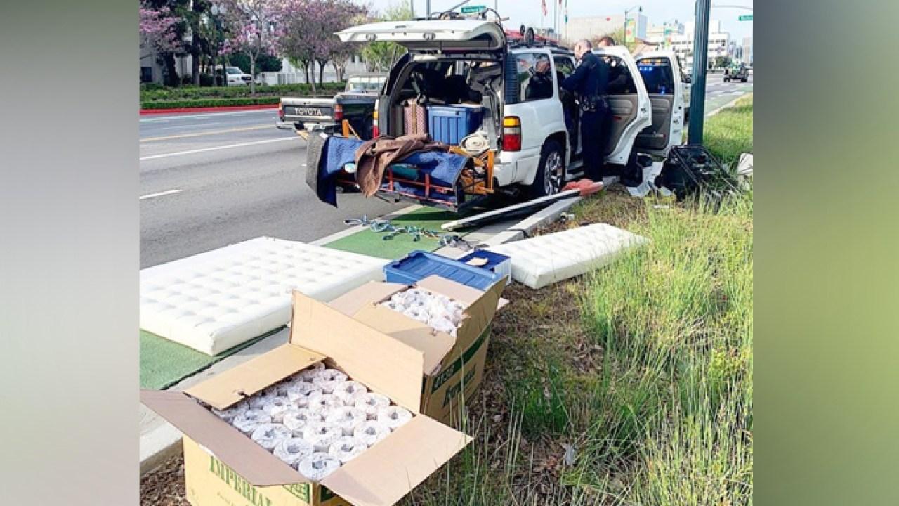 Αστυνομία βρείτε 192 ρολά από χαρτί τουαλέτας, κρυμμένα σε κλεμμένο SUV στο Μπέβερλι Χιλς